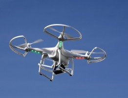 dronai su kamera